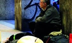 Obdachloser mit 2 Hunden